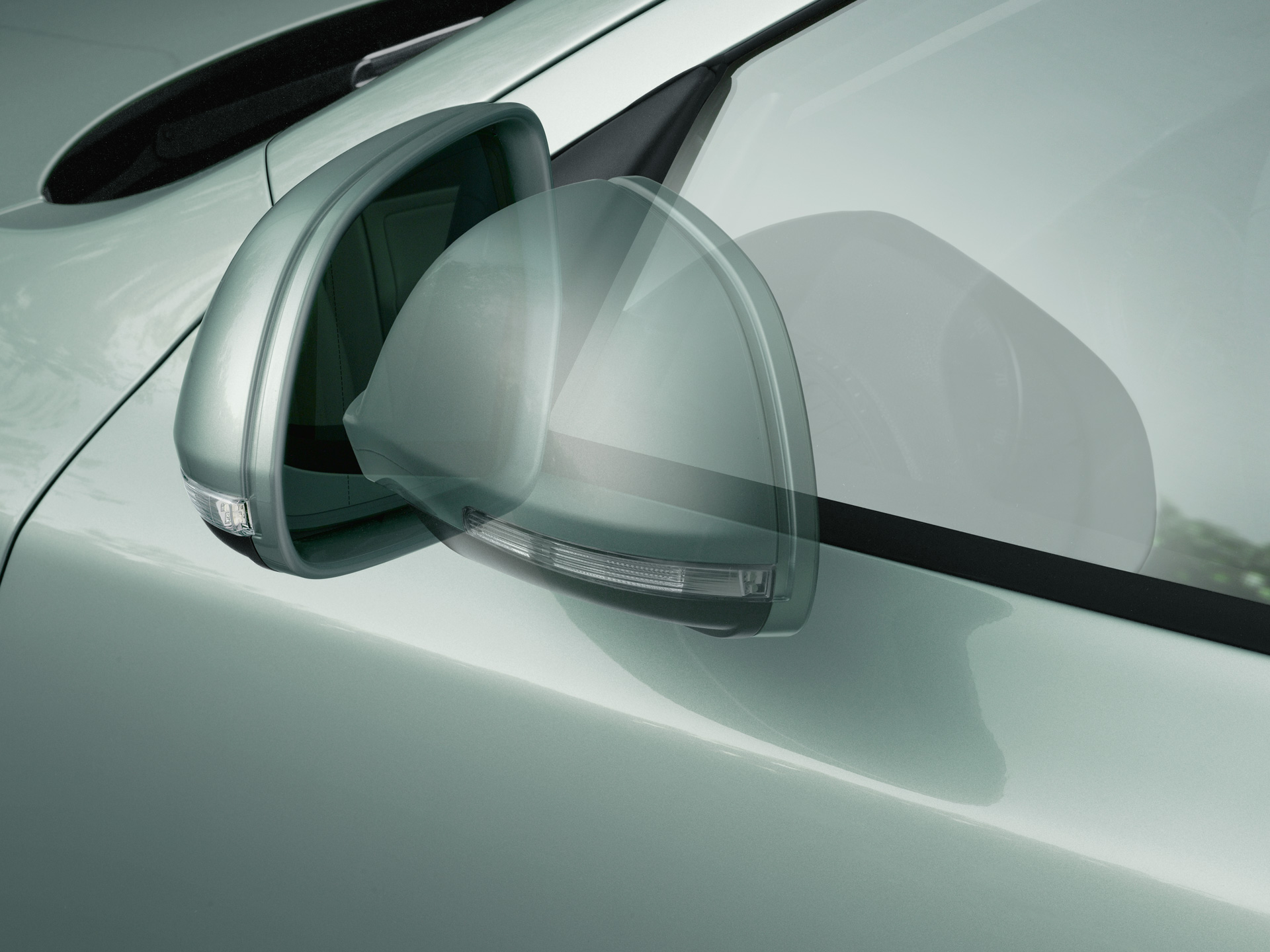 Automatically retractable external rearview mirrors with boarding spots designed to illuminate the entry area of the KODA Octavia